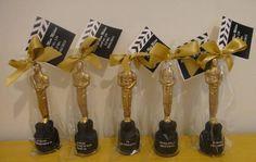 Estatueta do Oscar com 10 cm de altura. Com a base ela atinge 15 cm de altura. Peça modelada em porcelana fria (biscuit).