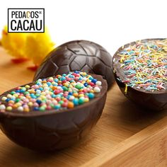 Ovo da Páscoa info@pedacosdecacau.pt Chocolate, Sprinkles, Food, Cocoa, Essen, Chocolates, Meals, Brown, Yemek