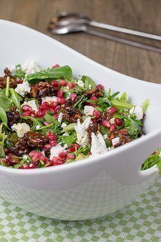 Wintersalat mit Granatapfelkernen, Ziegenkäse und Walnüssen