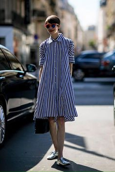 Street Style: Paris Haute Couture Fashion Week Fall 2016 Showgoers in Paris outdid themselves this season. See all the best Haute Couture Fall 2016 street [. Style Haute Couture, Couture Week, Mode Lookbook, Street Style 2016, Looks Street Style, Striped Shirt Dress, Dress Shirt, Inspiration Mode, Fashion Inspiration