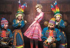 Chic. Rodeada de bailarines de tinku, la modelo independiente Camila Manzano muestra el diseño inspirado en los años 50.