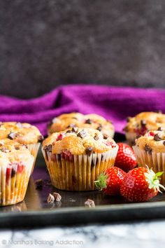 Strawberry Chocolate Chip Muffins - Deliciously moist vanilla muffins that are stuffed full of strawberries and chocolate chips! Healthy Desserts, Easy Desserts, Delicious Desserts, Dessert Recipes, Healthy Recipes, Chocolate Chip Muffins, Chocolate Chips, Nutella Fudge, Fudge Brownies