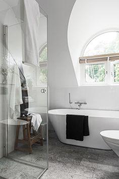Jag fastnade för badrummet i det här söta tegelradhuset som är till salu i Örgryte via mäklarbyrån Lundin just nu. Jag kommer aldrig tröttna på vitt kakel med vita fogar och kalkstensgolv. Tidlöst och