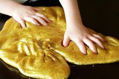 Here's a gold slime recipe that's super easy to make and requires just a few ingredients. The result is a gold slime that's stunning and so fun to play with Projects For Kids, Diy For Kids, Cool Kids, Crafts For Kids, Simple Projects, Diy Projects, Summer Crafts, Diy Gifts To Make, Glitter Slime