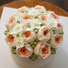 "105 Likes, 4 Comments - 블랑비케이크 (@blanc_b_cake) on Instagram: ""블랑비 플라워케이크~  블랑비의 트레이드마크가 되어버린 여리여리핑크작약블라썸♥~ 이번엔 새로운 식구인 동생의 아내를 위해 주문해 주신 케이크인데요~  결혼 후 첫 생일이라고…"""