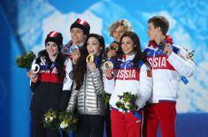 米国のデービス(前列中央)らが笑顔で表彰台に。アイスダンスのメダル授与式(ゲッティ=共同)