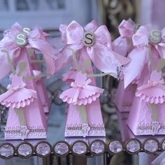 Bailarina para a Sophia, em Floripa ♥  #annepapeterie #annepapeteriepersonalizados #personalizados #lembrancinhasbailarina #ballet #bailarina #festabailarina #temabailarina #decoraçãobailarina #foradesérie #florianopolis #mae #menina #filha #festainfantil #kids #girls #papel #silhouette #familia #maternidade #aniversario #santacatarina #brasil Ballerina Party Decorations, Ballerina Birthday Parties, First Birthday Parties, Girl Birthday, Quilling Paper Craft, Spa Party, Unicorn Party, Princess Party, Party Time