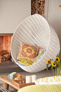 Cocons ronds ou en forme d'œuf, en osier ou en tissu, les designers débordent d'imagination dans la création de balancelles