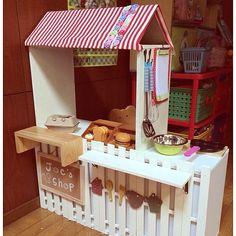 の子供部屋/収納/100均/手作り/ままごと/DIY…などについてのインテリア実例を紹介。「カラーボックスとすのこでお店屋さんをつくりました!裏にはおもちゃを入れられるのでおままごとセットをいれています!」(この写真は 2013-12-21 21:59:59 に共有されました)