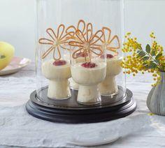 Luftiges Dessert mit leichter Süße, einem Klecks pürierter Himbeeren und einer hübschen Hippen-Blüte (Hippen sind eine Gebäckart).