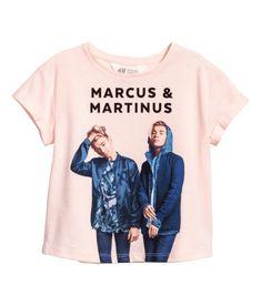 H&M Str 122 Lys rosa/Marcus & Martinus. En T-shirt i bomullstrikot med trykt motiv foran, korte ermer med fastsydd oppbrett og avrundet kant nederst.
