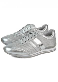CK Calvin Klein  Woman Donda Silver Sneakers    288,90 лв.  99,90 лв.    Код на продукта:  N1808-SVS    Описание на продукта:  Спортни обувки с характеристики:   - сребриста кожа   - елементи от текстил  - емблеми  - объл връх  - стабилна равна подметка   - връзки за завързване.     Състав:  Външна част: текстил, кожа  Подплата: текстил, синтетика  Подметка: синтетичен материал