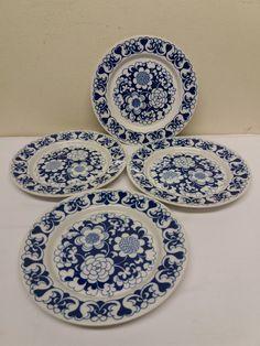 Arabia, Esteri Tomulan Gardenia -sarjan siniset leipälautaset, 4 kpl. Lautaset ovat ehjiä ja siistikuntoisia, ovat kuitenkin käytettyjä, joten näkyy pinnassa hiukan ruokailuvälineistä tulleita jälkiä. Lasitteessa on vielä kaunis kiilto. Ei säröjä eikä paloja pois. Halkaisija 17,5 cm. 20 euroa/kpl. Facebook Sign Up, Decorative Plates, Tableware, Dinnerware, Tablewares, Dishes, Place Settings
