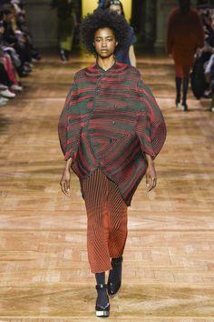 Issey Miyake Fall 2017 Ready-to-Wear Collection Photos - Vogue Issey Miyake, Mega Fashion, Fashion Week, Japanese Fashion Designers, Japanese Design, Fashion Shoot, Vogue Paris, Wearable Art, Fall Winter