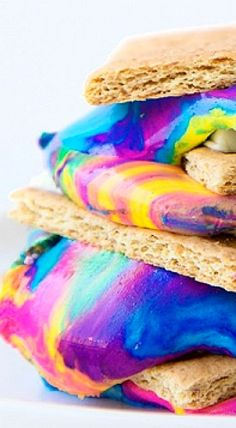 Tie Dye S'mores anyone? Fun treat to make for a pool party or 60's themed party! ❊