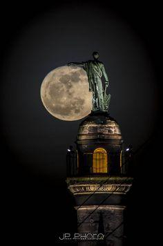 Lever de Lune aux Quinconces, Bordeaux by Jean-Philippe Loubignac - JP Photos, via Flickr