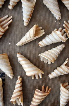 This recipe for DIY ice cream drumsticks stars crunchy homemade waffle cones made on a panini press. Fruit Recipes, Sweet Recipes, Dessert Recipes, Frozen Desserts, Frozen Treats, Delicious Desserts, Yummy Food, Panini Recipes, Diy Ice Cream