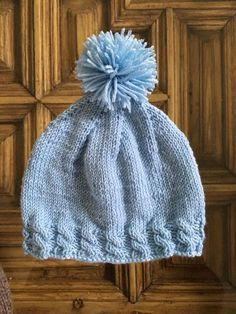gorro con pompón Baby Hats Knitting, Knitting For Kids, Knitted Booties, Knitted Hats, Baby Patterns, Knitting Patterns, Bebe Baby, Crochet Bracelet, Kids Hats