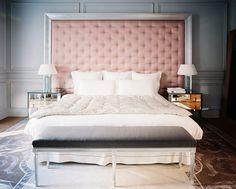 Tête de lit en capitonnage rose et mobilier miroir