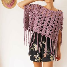 🍀 Poncho - Kimono AWAY 🍀 Here you have the latest project that we will knit . Modern Crochet Patterns, Crochet Designs, Knitting Patterns, Poncho Crochet, Black Crochet Dress, Diy Clothing, Crochet Clothes, Crochet Flowers, Creations