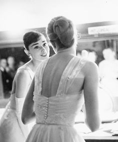Audrey Hepburn & Grace Kelly (back turned), backstage at the 1956 Academy Awards. Kelly had won a 'Best Actress' Oscar the year before, and Hepburn had won it a year before that. Grace Kelly, Patricia Kelly, Divas, Oscars, Glamour Hollywoodien, Oscar Photo, Viejo Hollywood, Hollywood California, Best Actress Oscar