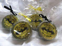 Latinhas personalizadas com tema do Batman, pode ser em qualquer tema. Acompanha saquinho de celofane e fita de cetim. Dentro possui confetes de chocolate. R$2,50