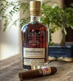 Great duo / Hoya de Monterrey ltd edition Cigars And Whiskey, Scotch Whiskey, Whiskey Bottle, Pipes And Cigars, Bourbon Whiskey, Whiskey Girl, Bourbon Drinks, Irish Whiskey, Single Malt Whisky