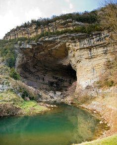 """Lire """"Les âmes vagabondes"""" de Stéphanie Meyer à l'entrée de la grotte du Mas-d'Azil en Ariège           http://wizzz.telerama.fr/azurwizzz/blog/653474281"""