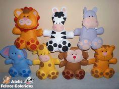 São ideais para decorar festas (mesa do bolo e dos convidados) e também para decorar o quarto. <br> <br>Também podem ser dados para os convidados como lembrancinhas. <br> <br>Ficam sentados sem precisar de apoio. <br> <br>Temos os seguintes bichinhos: Leão, girafa, elefante, zebra, tigre, hipopótamo e macaco. <br> <br>O VALOR É REFERENTE A 1 UNIDADE <br> <br>Tamanho: 24cm <br> <br>Feito de feltro. <br> <br>FRETE: Para saber o valor do frete basta colocar o produto no carrinho de compras…
