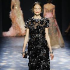 See all the Collection photos from Marchesa Autumn/Winter 2016 Ready-To-Wear now on British Vogue Marchesa 2016, Fall Winter, Autumn, Casual, Ready To Wear, Runway, British, Short Sleeve Dresses, Vogue
