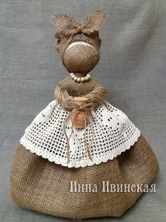 Inna Ivinskaya Diy Rag Dolls, Yarn Dolls, Fabric Dolls, Burlap Ornaments, Theme Noel, Burlap Crafts, Burlap Flowers, Soft Dolls, Doll Crafts