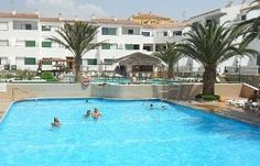 Looking for a relaxing and fun family resort in Tenerife? Choose from self catering holiday apartments, fabulous resorts with kid's clubs and cheap accommodations! Family Resorts, Hotels And Resorts, Cheap Accommodation, Travel 2017, Holiday Apartments, Tenerife, Family Travel, Mansions, House Styles