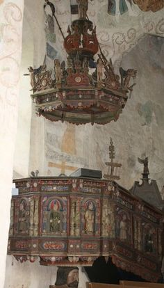 Hattulan Pyhän Ristin kirkko.Kirkko on Hämeen vanhin kirkko.Tämä täysgoottilainen kirkko on rakennettu tiilestä 1400 luvun loppupuolella.Kirkkosalin seiniä peittävät Suomen laajimmat seinämaalaukset.Kirkko on vain kesäisin käytössä.