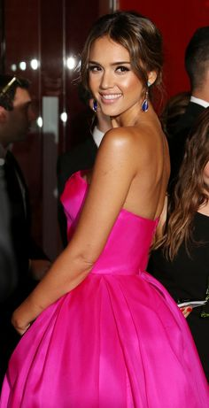 Jessica Alba.. natural and understated smouldering makeup.. Reem Acra Spring 2014 dress.. tousled chignon..
