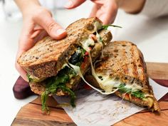 food e sandwich imagem no We Heart It sandwiches aestheti. - food e sandwich imagem no We Heart It sandwiches aesthetic facil - Roast Beef Sandwich, Sandwich Bar, Grilled Sandwich, Veggie Sandwich, Salad Sandwich, I Love Food, Good Food, Yummy Food, Salada Light