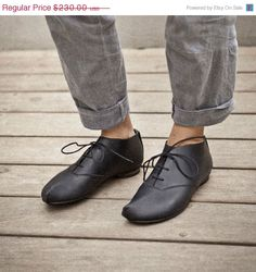 Classic Oxford shoes with a corner front, the shoes are flat, color black, they are classic but also funky oxford shoes, for everyday life,
