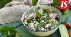 Kurkku-mansikkasalaatti on kuin kesä lautasella – tätä on kokeiltava! - Ruokala - Ilta-Sanomat Guacamole, Tartan, Potato Salad, Serving Bowls, Potatoes, Tableware, Ethnic Recipes, Food, Tarte Tatin