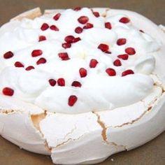 Klasszikus pavlova torta elkészítése Meringue Pavlova, Classic Cake, Sweet And Salty, Macarons, Camembert Cheese, Mousse, Panna Cotta, Food Porn, Food And Drink