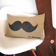 Coussin Moustache brun - Pom le bonhomme (45 euros)