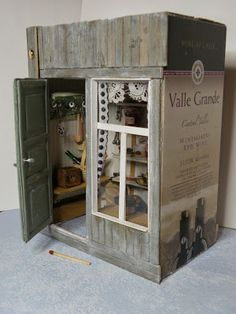 picture on how it´s decorated Dollhouse Dolls, Miniature Dolls, Wooden Wine Crates, Wine Safari, Dollhouse Tutorials, Tool Sheds, Miniture Things, Wood Projects, Liquor Cabinet