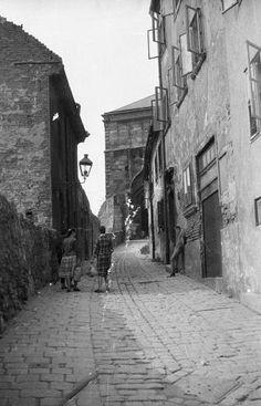 Pozsony, A várkapu felé (kép: 1959, Nagy Gyula, fortepan) Bratislava, Busan, Nostalgia, Marvel, Budapest, City, Times, Photography, Postcards