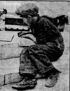 Μικρός λούστρος στα σκαλιά της Αγίας Τριάδας. ΄Εχει αφήσει στην άκρη τα σύνεργα εργασίας και κάνει τα μαθήματα για το απογευματινό σχολείο απόρων του Δήμου. Πίσω στα παλιά!