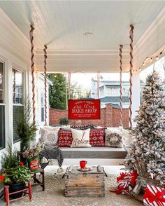 Farmhouse Christmas Decor – The Best DIY Outdoor Christmas Decor Christmas Porch, Farmhouse Christmas Decor, Merry Little Christmas, Outdoor Christmas Decorations, Country Christmas, All Things Christmas, Christmas Holidays, Cottage Christmas Decorating, Primitive Christmas