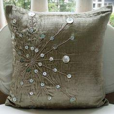 Almohadilla decorativa cubiertas acento almohadas sofá sorteo cama sofá 16 x 16 pulgadas gris plata terciopelo almohada cubierta de perlas juego de sábanas bordado Fantasia _______________________________________________________________________  Esta cubierta de cojín (sin relleno) se realiza mediante tejido de suave terciopelo en un plata gris brillo color bellamente decorado con plata de perlas y la cuerda de plata. Se añadirá un toque de brillo, un toque de chispa a su ambiente.  La funda…