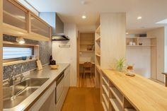 キッチンは既製品のシンプルなものにしコストを抑え、その分周りの収納を思い通りに造る、という例です。 キッチン前はタイルで個性を出したり、遊んだり...