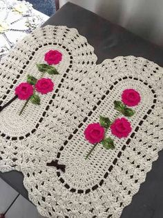 This Pin Was Discovered By Crochet Table Mat, Crochet Tablecloth, Crochet Decoration, Crochet Home Decor, Crochet Stitches, Crochet Patterns, Crochet Dollies, Crochet Round, Crochet Projects