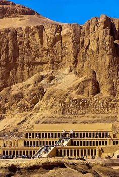 معبد حتشبسوت - الأقصر Ancient Egypt Temple of Queen Hatsheput, near the Valley of the Kings, Luxor, Egypt, c. 1478 - 1458 B. Ancient Egyptian Art, Ancient Ruins, Ancient History, Art History, Egypt Travel, Africa Travel, Paises Da Africa, Egypt Art, Valley Of The Kings