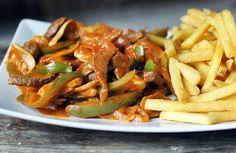 Gewoon wat een studentje 's avonds eet: Experimenteel: Biefstuk in stroganoffsaus (paprika, tomaat, ui, champignons) en frites