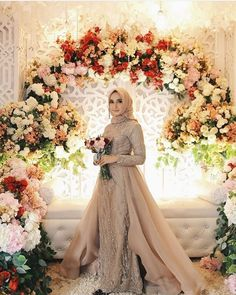 Elegant Hijab Bridal Look Ideas To Wear At Your Wedding Day Muslim Wedding Gown, Malay Wedding Dress, Hijabi Wedding, Wedding Hijab Styles, Kebaya Wedding, Muslimah Wedding Dress, Muslim Wedding Dresses, Muslim Brides, Bridal Dresses