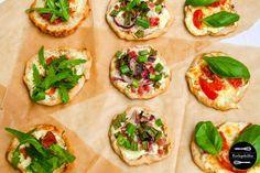 Mini-Flammkuchen hoch 3: Rezept für Flammkuchen mit Zwiebeln und Speck, Serranoschinken und Ruccola sowie Tomate, Mozzarella und Basilikum.
